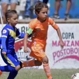 Juan Fernando conduce el balón ante la marca rival.