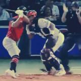 Bateador recibe bolazo del pitcher y se desquita dándole batazos al cátcher