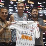 Presentación oficial de Víctor Cantillo con la camiseta del Corinthians.
