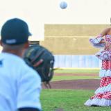 Isabella Chams  durante el lanzamiento de la pelota.