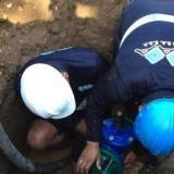 Personal de Triple A trabaja en un daño en la red de acueducto. Imagen de referencia.