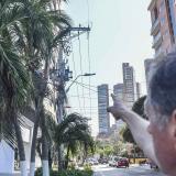 El afectado señala el lugar donde explotó el transformador, en el barrio Paraíso.