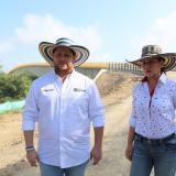 Orlando Benítez, gobernador de Córdoba, en su visita al puente de Valencia, junto a la secretaria de Infraestructura, Cilia Tobías.