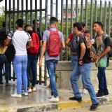 Un grupo de estudiantes ingresa a las instalaciones de la Universidad del Atlántico.