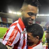 El chico se aferró a Miguel Ángel Borja, quien se conmovió y le regaló la camiseta.