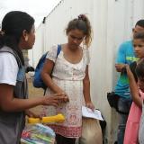 Marian Méndez y sus hijos ingresan al Centro de Atención Integral de la Acnur en Maicao.