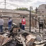 Vecinos y autoridades recorren el área arrasada por un incendio en Chambacú.