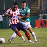 Miguel Ángel Borja, que entró en el segundo tiempo, tratando de zafarse la marca de Juan Daniel Roa.