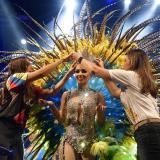 La reina Andrea Henríquez es coronada por las Secretarias de Cultura de Barranquilla, María Teresa Fernández y del Atlántico, Marcela Dávila.