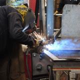 Un trabajador realiza un proceso de soldadura en una empresa sector metalmecánico de Barranquilla.