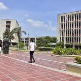 Un grupo de estudiantes camina por un pasillo de la sede norte de la Universidad del Atlántico.