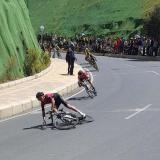 Egan Bernal sufre caída sin consecuencias en campeonato de ciclismo de ruta