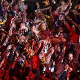 Con máscaras representativas del Carnaval de Barranquilla, el público acogió a Shakira como muestra del cariño de sus coterráneos en La Arenosa.
