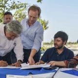 Carlos Moreno, representante de la constructora del proyecto, firma el acta de inicio de las obras de los alojamientos temporales. Lo observan Margarita Cabello (izq), Jaime Pumarejo, Ricardo Varela.