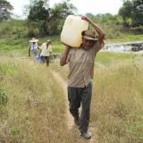 Para conseguir un poco de agua los habitantes de Salaminita (Pivijay) hay que caminar 700 metros hasta el jagüey más cercano.