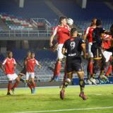 Fabián Ángel trata de rechazar una pelota aérea en zona defensiva del Barranquilla FC.
