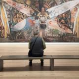Un visitante aprecia 'Hombre controlador del universo', de Diego Rivera.