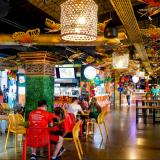 """El Caimán, una iniciativa del Distrito, presenta el concepto de """"mercado gastronómico"""" y aunque ofrezca sazones libaneses, españoles y hasta comida del mar u opciones saludables, siempre es posible encontrar platillos locales."""