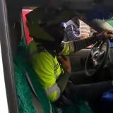 En video | Policía atropella a una mujer con un carro que minutos antes había inmovilizado