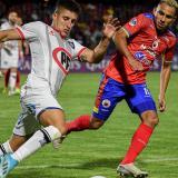 Ray Vanegas tratando de controlar la salida de un jugador de Huachipato.