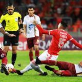 Una acción del duelo entre Deportes Tolima e Internacional de Porto Alegre.
