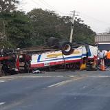 Accidente en la vía a Turbaco deja dos muertos y 17 heridos