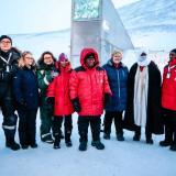 Especialistas en el ingreso del 'Arca de Noe vegetal' en el Ártico.
