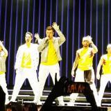 Howie, Kevin, Nick, AJ y Brian, los Backstreet Boys, luciendo la camiseta de la Selección Colombia.