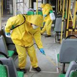 Los trabajadores desinfectan un bus en Ucrania.