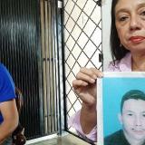 Olga Anillo muestra la foto de Mario Anillo, uno de los siete desaparecidos por las AUC. A su lado Alex Anillo.