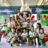El alcalde Jaime Pumarejo y el secretario de Deportes Gabriel Berdugo junto a 'Baqui', símbolo de las Escuelas de Formación y algunos niños beneficiados.