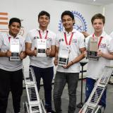 Adrián Martínez, Juan Camilo Avendaño, Leandro Ortiz, Miguel Ángel Soto, Eden Kassemek y Ethan Rojas presentan sus premios.