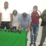 Los cuatro capturados con los objetos recuperados y las armas incautadas.