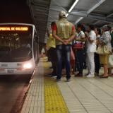 Un guía de Transmetro orienta a los usuarios que hacen fila para subirse al vehículo.