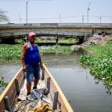 Luis Manuel Calderón Rodríguez recorre el Caño de la Ahuyama en su canoa buscando cuerpos.