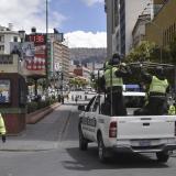 Agentes de la policía boliviana patrullan las calles después de que la presidenta interina boliviana, Jeanine Anez, anunciara una cuarentena completa que entraría en vigencia el domingo en un intento por detener la propagación del nuevo coronavirus.