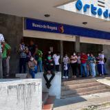 Clientes del Banco de Bogotá en sucursal del norte de Barranquilla este martes en el preámbulo de la cuarentena.
