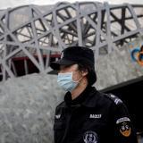 Un policía a las afueras del 'Nido de Pájaro',  uno de los escenarios de los Juegos.