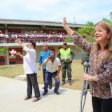 La gobernadora Elsa Noguera durante la visita que realizó recientemente a uno de los colegios del Atlántico.