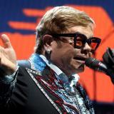 Elton John interpretando en concierto.