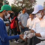 Rumenigge Monsalve, alcalde de Malambo, entrega elementos de bioseguridad a habitantes del municipio.