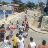 Gran cantidad de personas salieron de sus casa para observar la pelea, violando la medida de cuarentena.