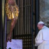 El papa Francisco reza ante el Cristo Milagroso de San Marcelo que en 1552 fue llevado en procesión por Roma para detener una gran plaga.
