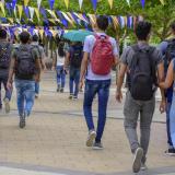 Un grupo de estudiantes universitarios caminan a sus aulas de clases. Imagen de referencia.