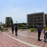 Estudiantes caminan por el campus de la Universidad del Atlántico