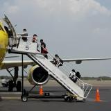 Los extranjeros abordando el vuelo humanitario en Cartagena.
