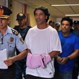 Ronaldinho recibe arresto domiciliario.