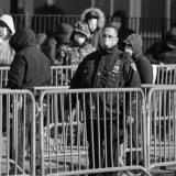 Abel Guerrero, el policía barranquillero residente en Nueva York, vigila una fila de ciudadanos en Queens York a quienes se les practicará una prueba de COVID-19.