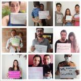 Grupo de chilenos pidiendo ayuda a su país a través de carteles.