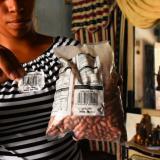 Una madre de familia sostiene un paquete de los alimentos vencidos.